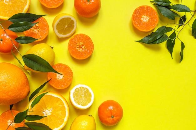 オレンジ、レモン、シトラスフルーツフラットトップビューパターン、黄色の背景