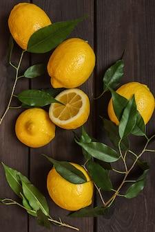 レモン、暗い背景の木の柑橘系の果物フラットトップビューパターン