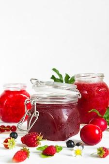 白い背景にジャム、季節の新鮮な果実と果物の品揃え