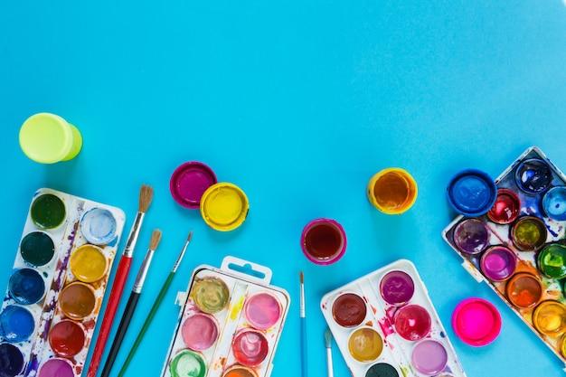 芸術家のためのアートブラシや水彩絵の具と学校での創造性