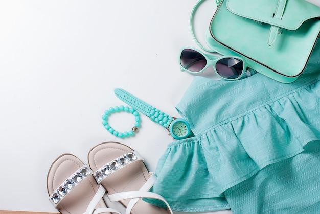 ターコイズ色の子供服のフラットレイアウトセット