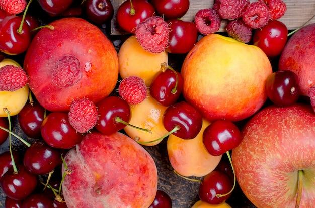 Смешано много разных сезонных фруктов