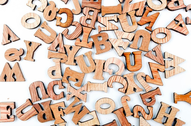 木の寄せ集めの手紙をクローズアップ