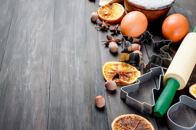 古い木製のテーブルの上で焼くための食材