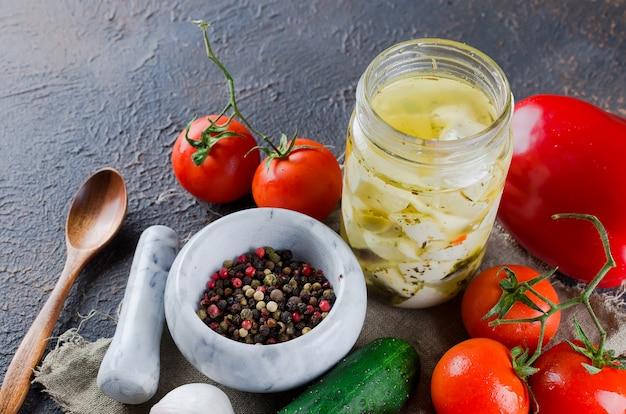 瓶の中のスパイシーフェタチーズと野菜のサラダ。