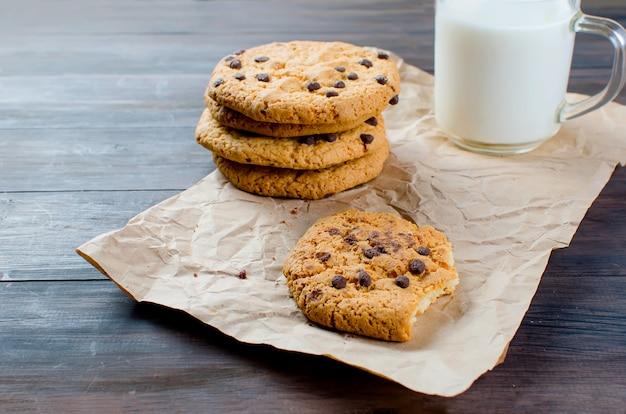 チョコレートの滴とミルクのガラスのクッキー