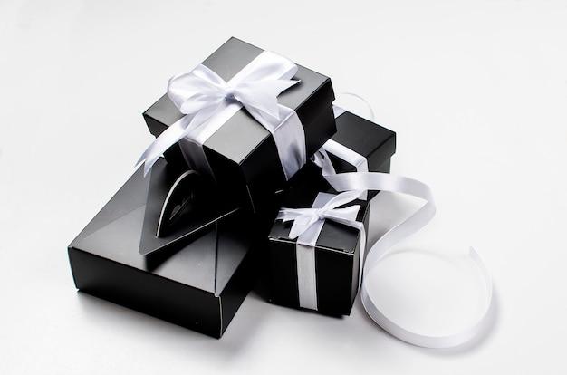 Черная подарочная коробка и белая лента