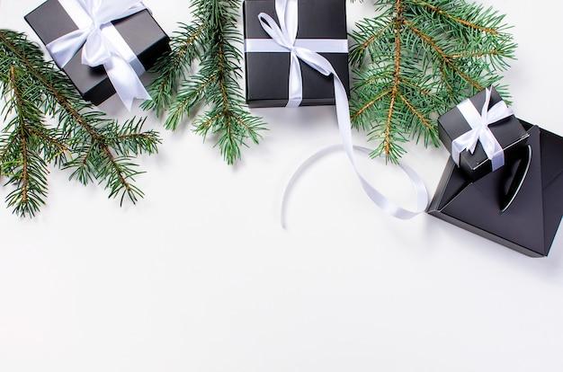 Черная рождественская подарочная коробка и белая лента