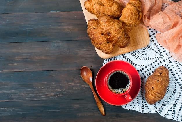 一杯のコーヒーとクロワッサン