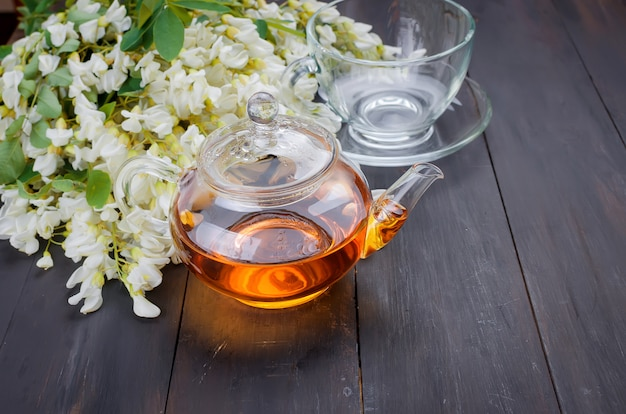 Крупный план чая акации на деревянных столах