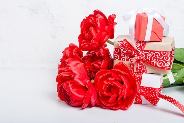 Красные тюльпаны и подарки