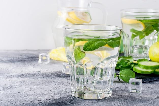 デトックスの新鮮な有機きゅうり、レモン、ミントの水とガラス