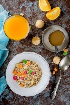 健康的な朝食セットグラノーラ、コーヒー、ジュース