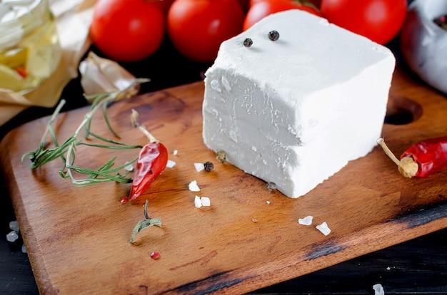 白い柔らかいチーズ-フェタチーズまたはモッツァレラチーズ