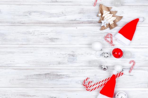 Рождество с еловыми ветками, подарки, елочные игрушки