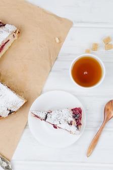 フルーツパイと紅茶、木製テーブル