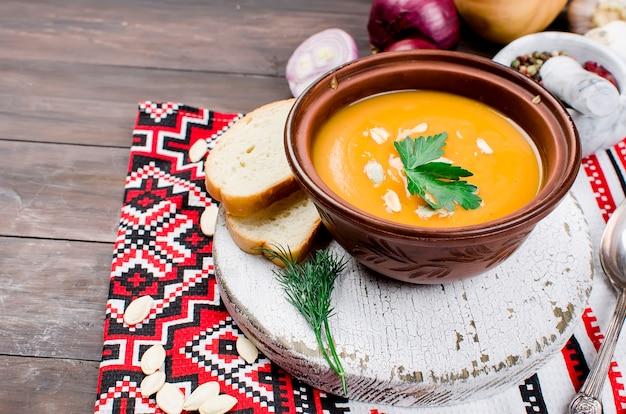 かぼちゃの種のボウルにカボチャのクリームスープ