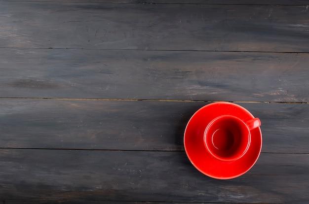 空の赤カップとソーサー