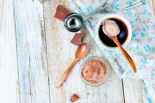 チョコレートボールアイスクリームとカップブラックコーヒー