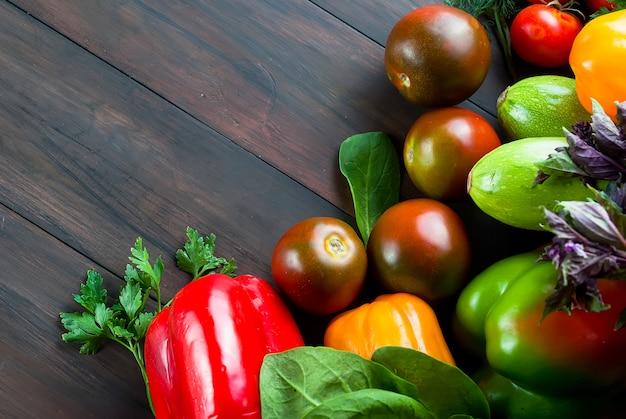 黒と赤のトマト、緑と赤唐辛子、ハーブ