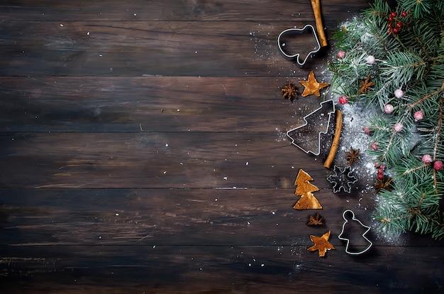クリスマスのベーキング、モミ、ボール、ビーズ、コーン、スパイシーなクリスマスの背景の背景。