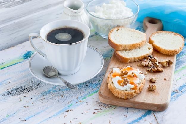 リコッタチーズ、クルミ、蜂蜜入りの朝食サンドイッチを提供