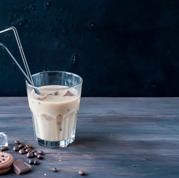 ガラスのミルク入りアイスコーヒー
