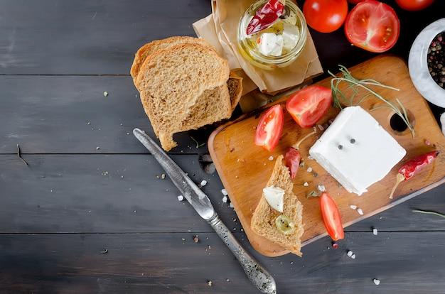 柔らかいチーズ、パン、トマトのピクルス