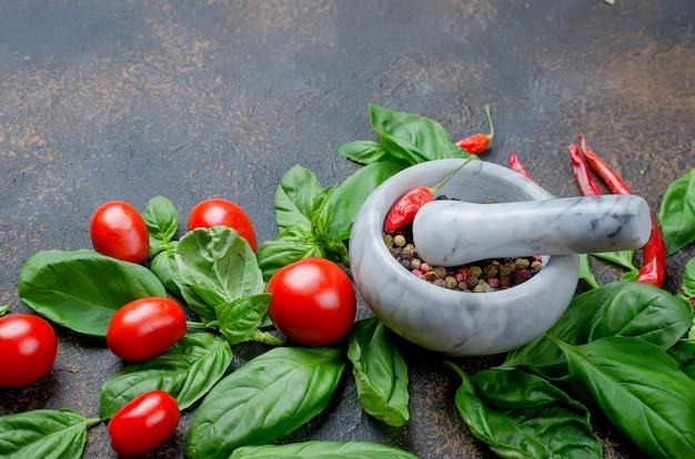 トマト、チリ、バジル、コショウのスパイス