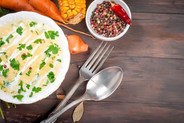サワークリームとハーブのコーンクリームスープ