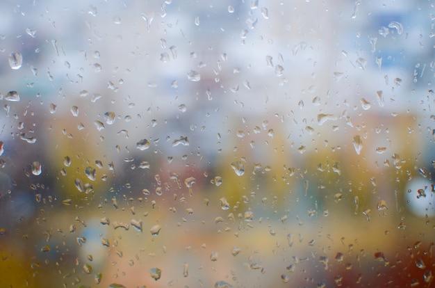 窓からすに水滴