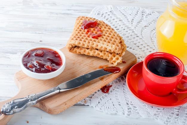 ワッフルと新鮮なおいしい朝食
