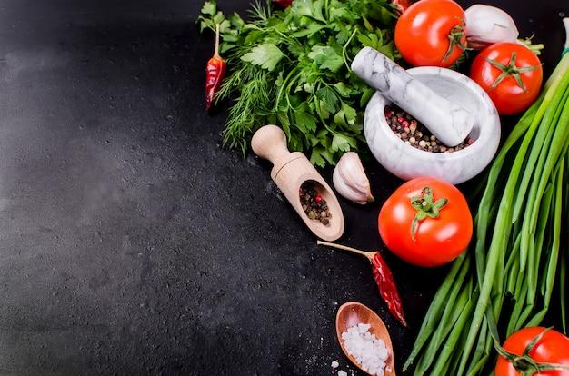 枝、オイル、パセリ、スパイスのチェリートマト