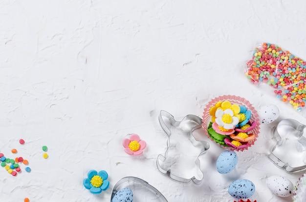 Пасхальный фон с печеньем и сахарной посыпкой