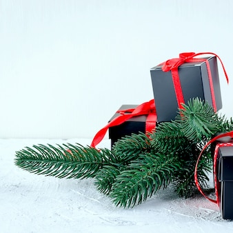 Новогодний фон с еловыми ветками, подарки, елочные игрушки