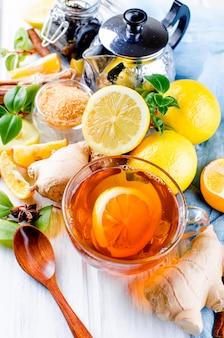 Чашка горячего чая с лимоном и имбирем