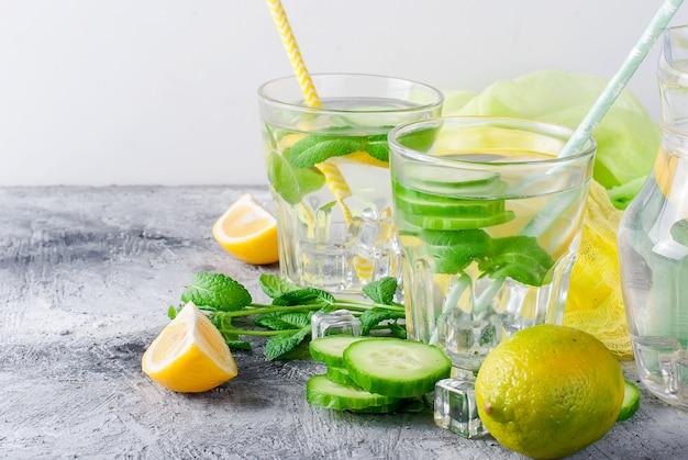 健康的なレモンとキュウリ入り柑橘類のサッシ水