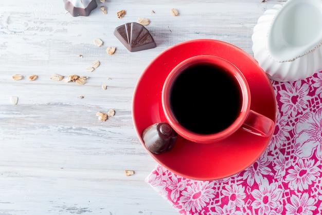 一杯のコーヒーとミルクを朝食
