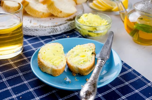 自家製スパイスハーブバターとスパイスのサンドイッチ