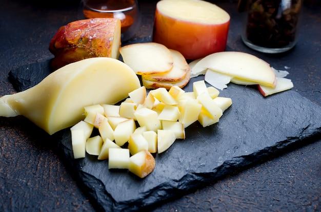 Ассорти сыров разных форм и размеров