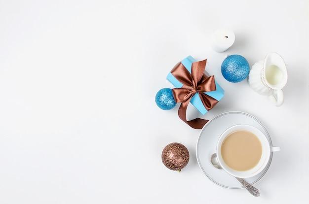 一杯のコーヒーと朝食の背景のギフト