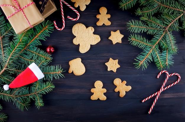 木製のテーブルにジンジャーブレッドとクリスマス組成