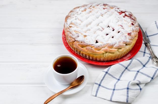 Вишневый пирог в стеклянной круглой форме, дрожжевой пирог