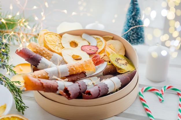 Чайно-подарочная коробка с сухофруктами на деревянном столе