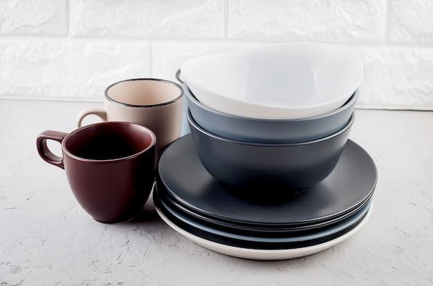 灰色のコンクリート表面にきれいな食器のセット