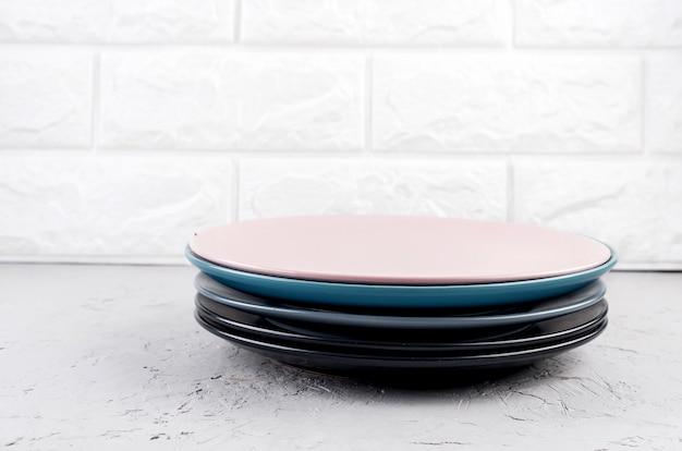 Набор чистой посуды на серой бетонной поверхности