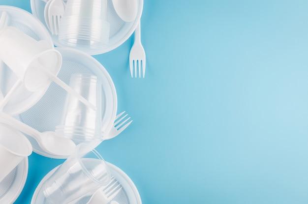 Белая пластиковая одноразовая посуда