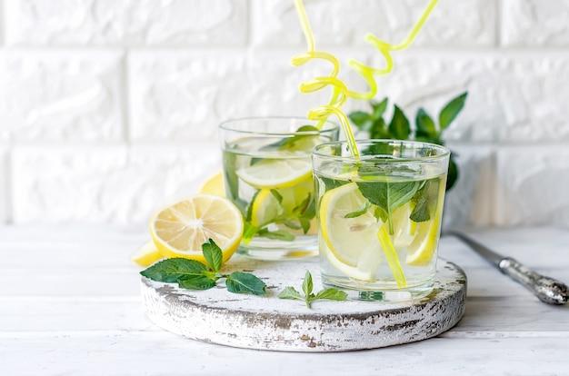 ボトルと食材の新鮮なモヒートドリンク-レモンとミント