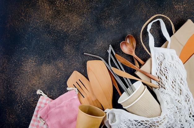 Эко сумки, бамбуковая зубная щетка, многоразовая соломка и переработанная посуда