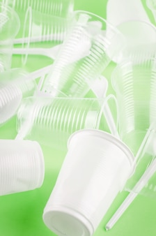 白いプラスチック製使い捨て食器